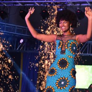 Rambut Afro Miss Congo Disambar Bunga Api Ketika Dinobatkan Ratu Afrika
