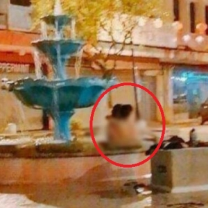 Aksi Ghairah Lelaki Dan Wanita, Mandi Bogel Dalam Kolam Air Pancut Awam