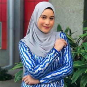 """Sayang, Larat Tak?""- Nak Video Call, Sweetnya Tunang Eyra Hazali Suruh Pakai Tudung"