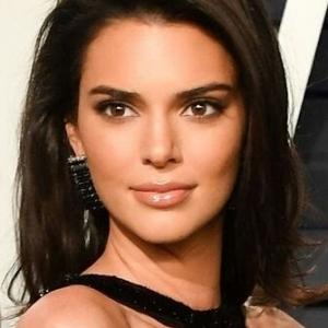 'Sikit Lagi Terselak Nampak Vajajay' - Pakaian Kendall Jenner Ke Party Oscar Dikecam