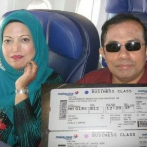 Tular Gambar Wanita Diarah Keluar Dari PPR Naik Pesawat Kelas Perniagaan