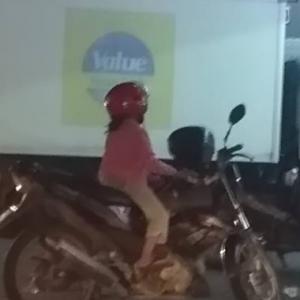 """Jangan Sibuk, Tahulah Aku Jaga Anak"" - Reaksi Lelaki Bila Ditegur Tinggal Anak Atas Motor"