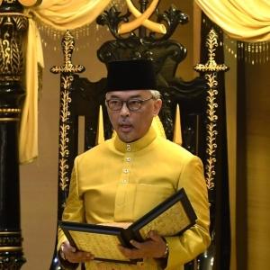 """""""Relaks"""" Titah Berseloroh Seri Paduka Baginda Di Sidang Pembukaan Parlimen"""