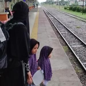 """""""Masjid Untuk Orang Tua Bersih Je Ke?"""" - Netizen Geram Ibu, Anak Dihalau Makcik Bawang"""
