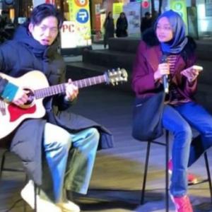 """""""Ingatkan Shila Amzah Tadi,""""-Pelajar Malaysia Berjaya Pukau Ramai Dengan Persembahan Busking Di Korea"""