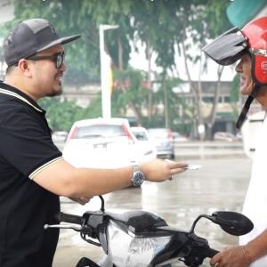 Usahawan Ini 'Payung' Duit Raya RM1000 Sempena Syawal, Semoga Murah Rezeki!