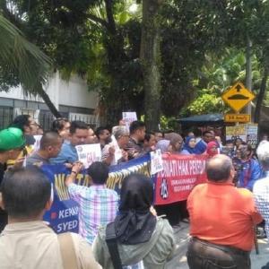 Berang Tunggakan Gaji Belum Dibayar, Pekerja Utusan Melayu Anjur Piket