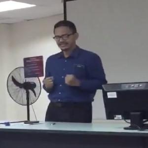 Lucu - Aksi Comel Pensyarah Prank Pelajar, Tak Kering Gusi Dibuatnya!