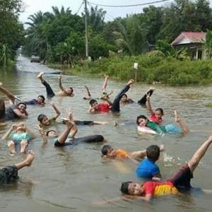 """Mak Bapak Tak Pantau Ke?"" - Memanglah Seronok Main Banjir Tapi Kalau Malang, Kan Tak Berbau?"