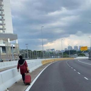 Tabahnya, Wanita Tekad Berjalan 4 Jam Pulang Ke Singapura Berjumpa Suami