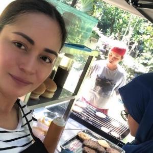 Sambutan Menggalakkan! Maya Karin  Cuba Jual Burger Bakar, Siap Dapat 60 Order
