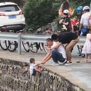 Gantung Anak Di Tebing Curam Demi Sekeping Gambar