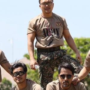 """""""Barisan Pelakon Hebat Tanah Air Bergambar Bersama Sebatang Kayu."""""""