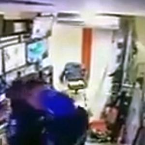"2 Anggota Polis Dipecat Kerana Didapati ""Main Tindih-Tindih"" Di Bilik Pemantauan CCTV"