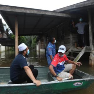 Ustaz Ebit Lew Lawat Mangsa Banjir, Sumbang Tilam Dan Wang Tunai
