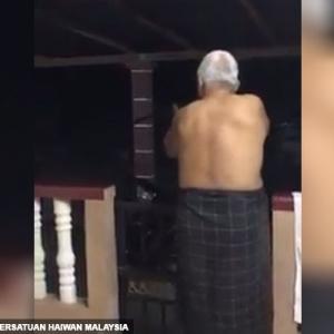 (Video) 'Kena Kaki! Kena Kaki!' - Pakcik Beruban Tembak Anjing Terbiar Diselar Netizen