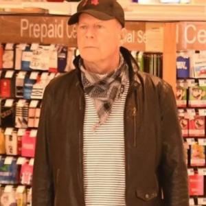 Degil Tak Nak Pakai Pelitup Muka, Bruce Willis Dihalau Keluar Farmasi