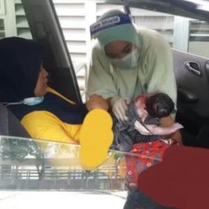 """""""Makbul Doa Nak Bersalin Suami Teman,"""" -Wanita Terberanak Dalam Kereta, Anak Lain Pun Ada Sama"""