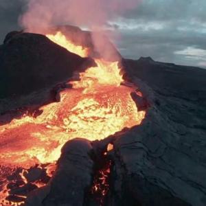 Ngeri, kamera dron rakam detik terhempas ke dalam lahar gunung berapi di Iceland