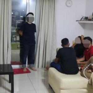Wanita Ditahan Tengah Lalok Bersama 5 Lelaki