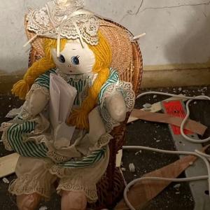 """Aku Tikam Mereka Sampai Mati,""- Jumpa Anak Patung Dengan Nota Mengerikan  Dalam Dinding Rumah Baharu"